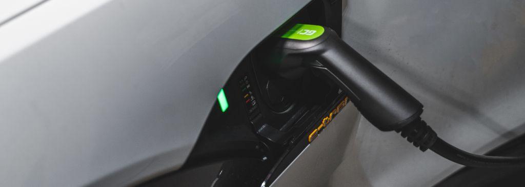 Mobiles Ladegerät für Elektroautos – warum lohnt es sich, in dieses zu investieren?