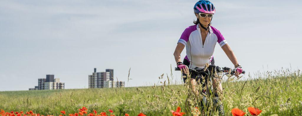 Frau auf einem Fahrrad