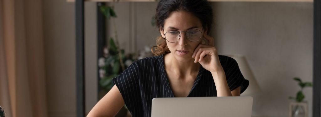 Madchen und laptop
